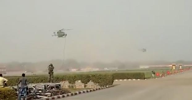 Unos soldados caen desde un helicóptero durante un ejercicio de descenso