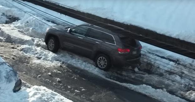 Este hombre se agarra un buen cabreo intentando sacar su SUV atascado en la nieve