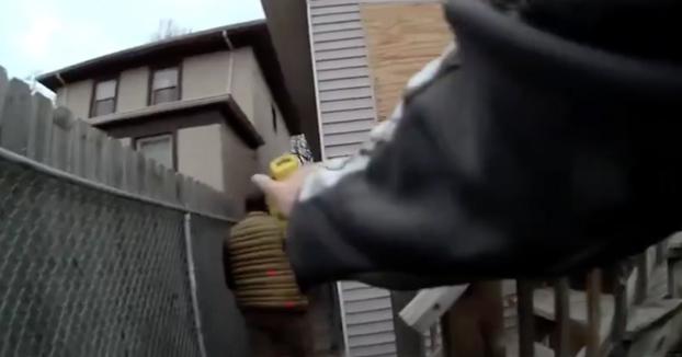 Escapaba de la policía y cuando estaba saltando una valla le disparan con una táser en el culo