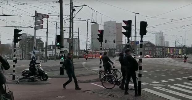 Impresionantes rachas de viento de hasta 120 km/h se llevan a los peatones en Ámsterdam