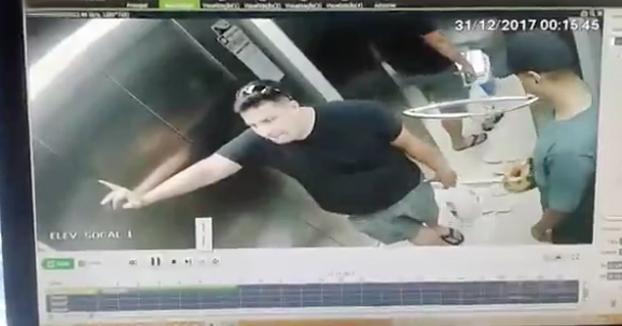 Repartiendo en el ascensor