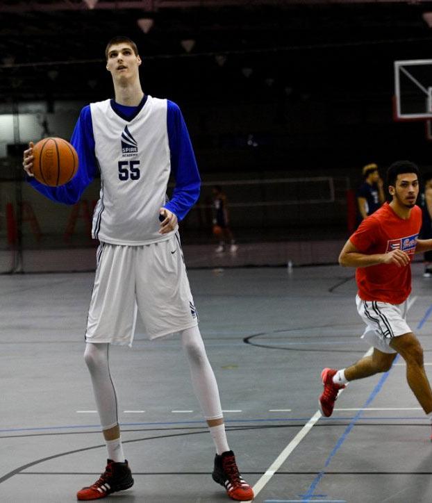 Se llama Robert Bobroczky, tiene 17 años y mide 2,31 metros