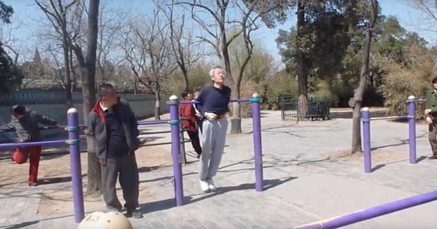 Mientras tanto, en un parque chino con máquinas de ejercicios para adultos...