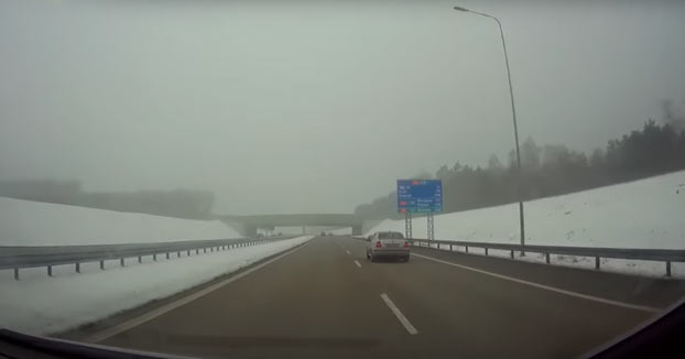 Ejemplo de cómo no adelantar en una autovía. El conductor del BMW fue multado simplemente con 120€