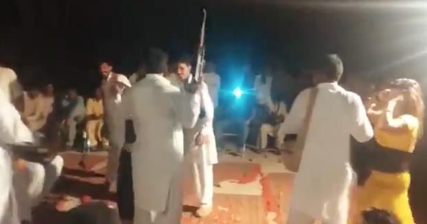 Dispara un AK-47 con una mano en la boda y alcanza a otro invitado
