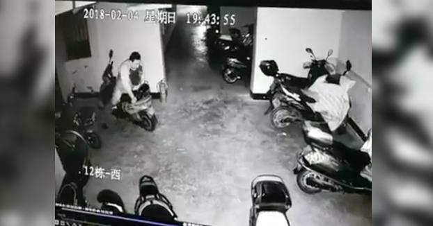 Amor por las motos: Pillan a este tío montándoselo con las motos del garaje
