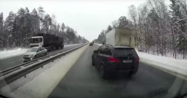 El conductor de este BMW adelanta de forma imprudente y echa a un camión de la carretera
