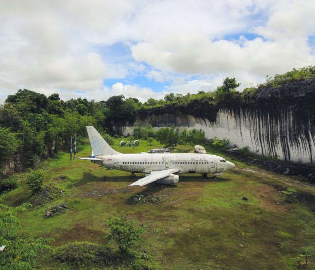 Hay un Boeing 737 abandonado en un campo de Bali, y nadie sabe quién lo dejó ahí