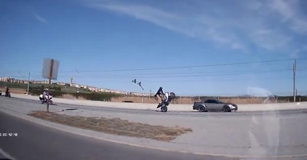 Hace un caballito en plena autovía con un policía detrás en moto
