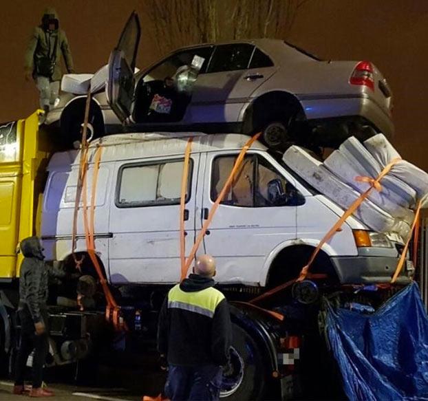 Denuncian a un camión cargado con una furgoneta, un coche y cuatro colchones