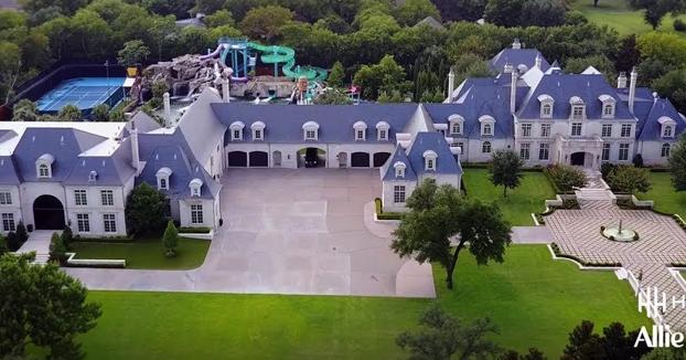 Casa de 20 millones de dólares con parque acuático en el jardín