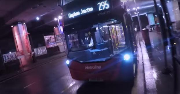 Un conductor de autobús deja atrapado a un motorista dentro del bus durante una discusión