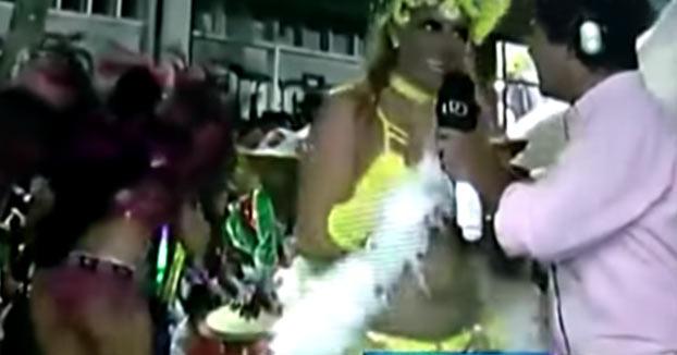 El reportero cree que la bailarina que está entrevistando está embarazada