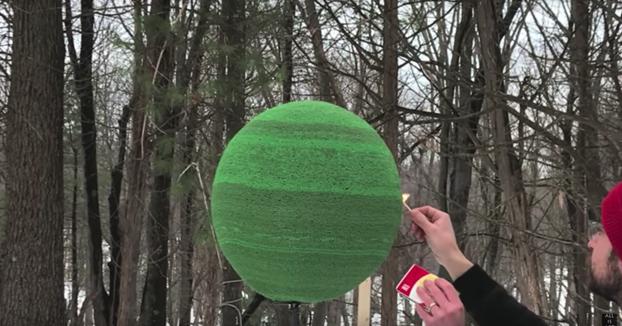Prendiendo una esfera hecha con 42.000 cerillas