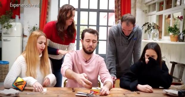 Grupo de españoles probando el Surströmming, una delicia sueca que huele a podrido