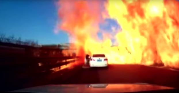 Infierno en la carretera: Camión cargado de gas natural licuado vuelca en la autopista y explota