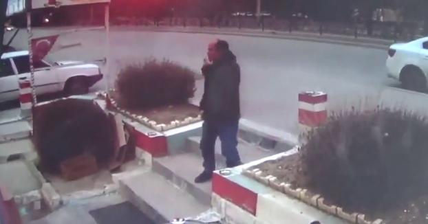 Sale a fumar un cigarrillo fuera del restaurante después de comer, cuando de repente...