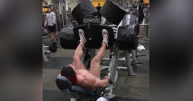 Haciendo piernas en el gym con la máquina al máximo de peso
