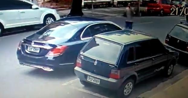 Intenta robar a una familia que estaba en su coche a punta de pistola y el conductor le dispara en el pecho