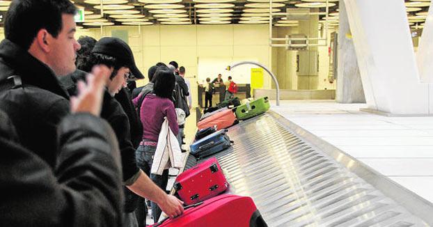 Una red de narcos cuela maletas con droga en Barajas a nombre de los viajeros