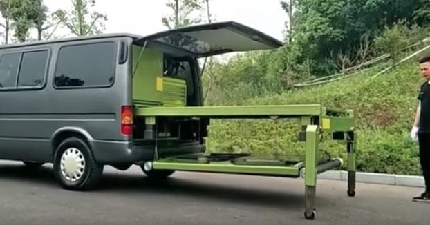 Esta furgoneta tiene todo lo necesario para reparar y hacer el mantenimiento de un coche