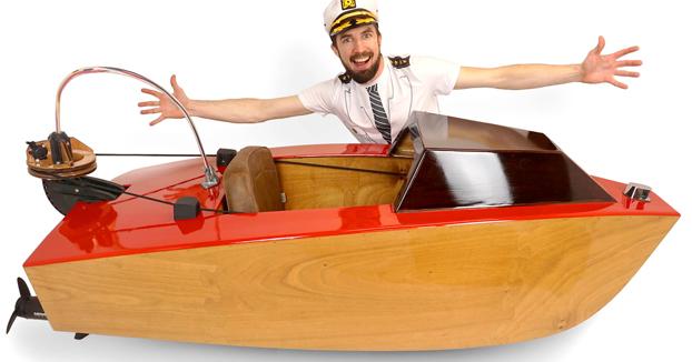 Construyen un mini barco y esta es la primera vez que lo prueban en el agua