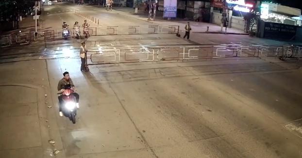 El motorista no se da cuenta de que han colocado la barrera en mitad de la calle