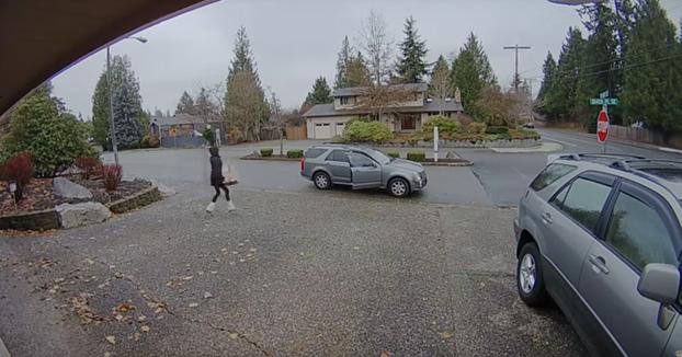Una mujer pilla a otra robando un paquete de la puerta de su casa y sale corriendo detrás de ella