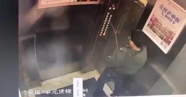 Un niño mea en todos los botones del ascensor y luego se queda encerrado dentro
