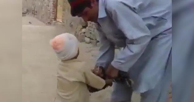 El padre se disponía a matar a un pavo y el niño pequeño lo impidió