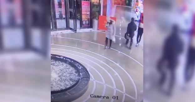 Por qué no debes ir utilizando el móvil mientras vas por la calle