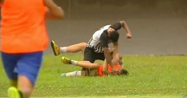 Un futbolista le da una paliza a un recogepelotas por celebrar un gol del equipo contrario