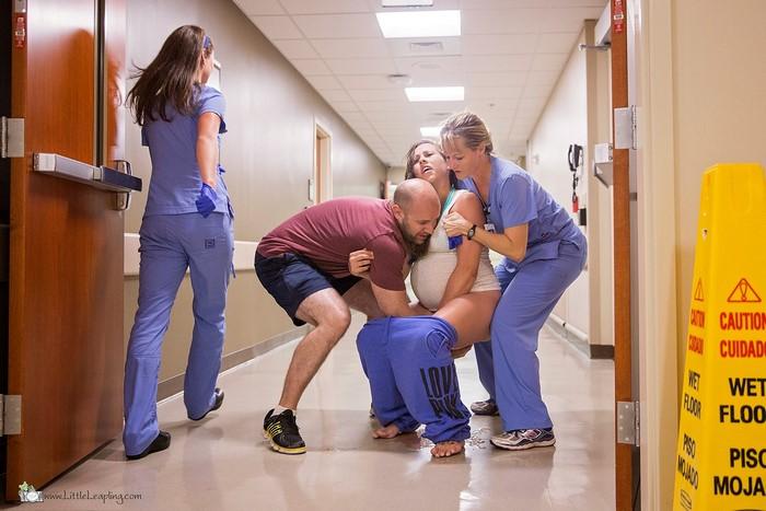 Esta mujer dio a luz en el suelo del pasillo de Urgencias y las fotos son impresionantes