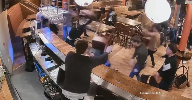 A sillazo limpio: Pelea entre dos grupos de chavales en un bar británico