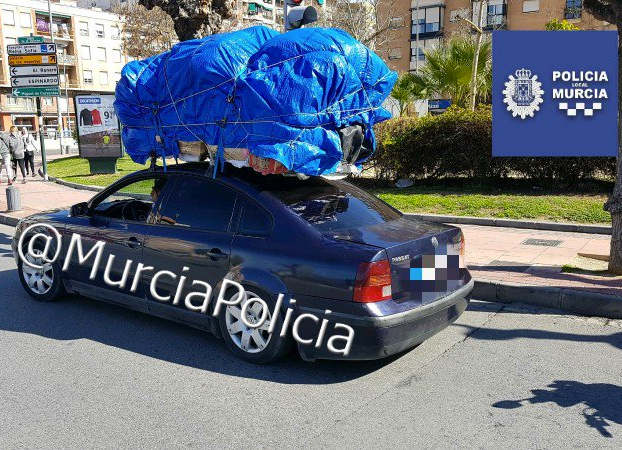 Interceptan un coche por exceso de peso en Murcia y encuentran una niña entre los enseres