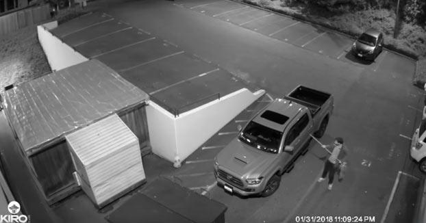Un individuo bajo los efectos de alguna sustancia intentando robar un coche del aparcamiento