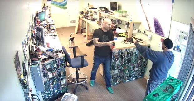 Utiliza un spray contra osos contra un ladrón que entró en su tienda de informática