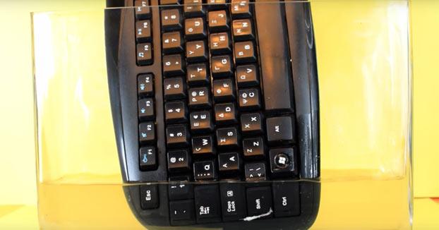 Esto es lo que ocurre cuando sumerges un teclado en acetona
