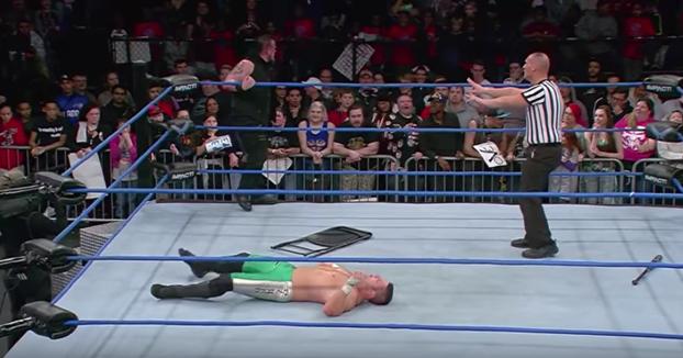 Sami Callihan no calcula bien y golpea en la cabeza a su rival con un  bate de béisbol