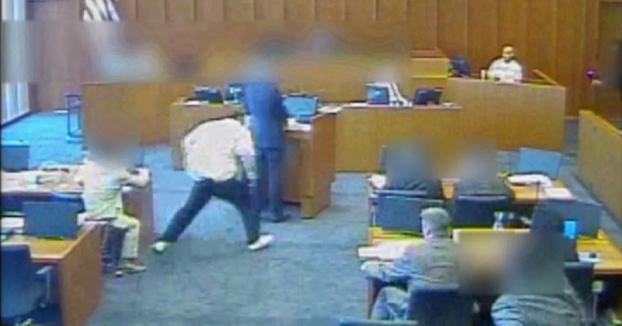 Intenta cargarse al testigo en pleno juicio con un boli y es abatido por la policía
