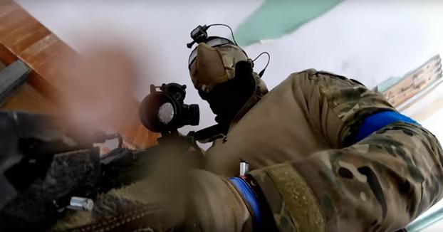 Un agente de los SWAT jugando una partida de Airsoft y acabando con todos los participantes