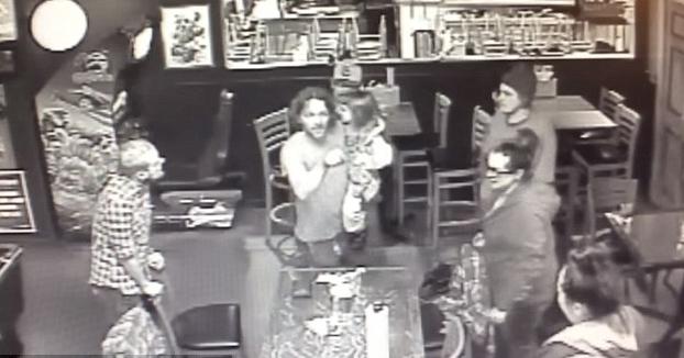 Es agredido por varios hombres en un bar mientras sostenía a su hija de 4 años