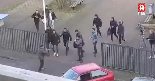 Alumnos de un instituto de los Países Bajos hacen huir a un hombre que entró al centro con dos cuchillos