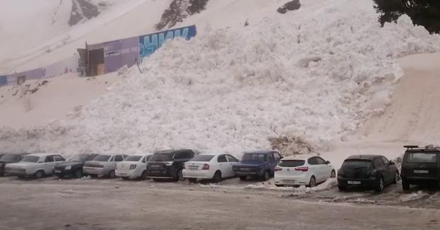 Una avalancha de nieve ''engulle'' a varios coches del parking de una estación de esquí
