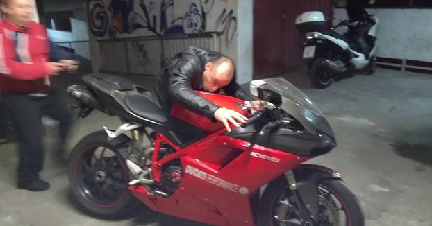 Va a recoger su Ducati 1098 después de algunos arreglos y cuando la enciende ocurre lo siguiente...