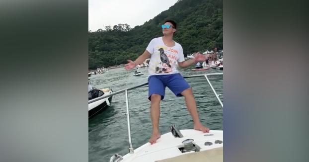 Una buena forma de perder los dientes durante la fiesta en el barco