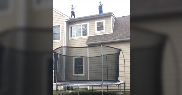 Saltando a la cama elástica desde el tejado de la casa. ¿Qué podría salir mal?