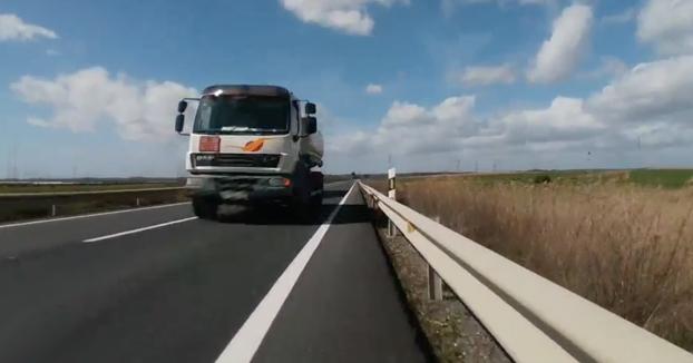 Detenido en Huelva un camionero que puso en peligro la vida de un ciclista [Vídeo del momento]