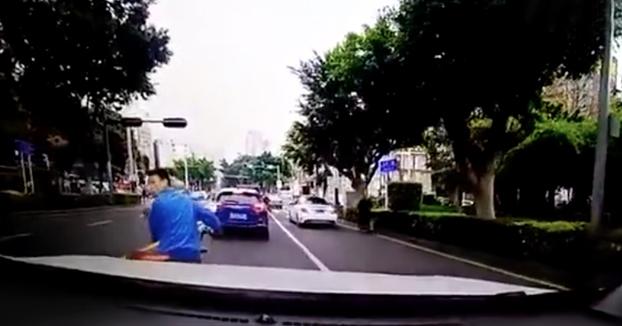 Frena su moto de golpe, le echa una mirada al conductor de atrás y se marcha. El conductor lo persigue y lo embiste