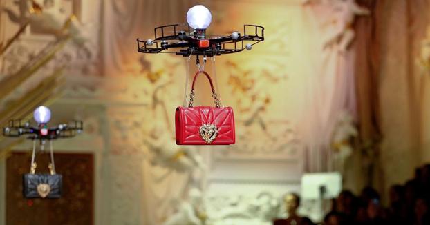 Dolce & Gabbana utiliza drones para enseñar su última colección de bolsos en la pasarela